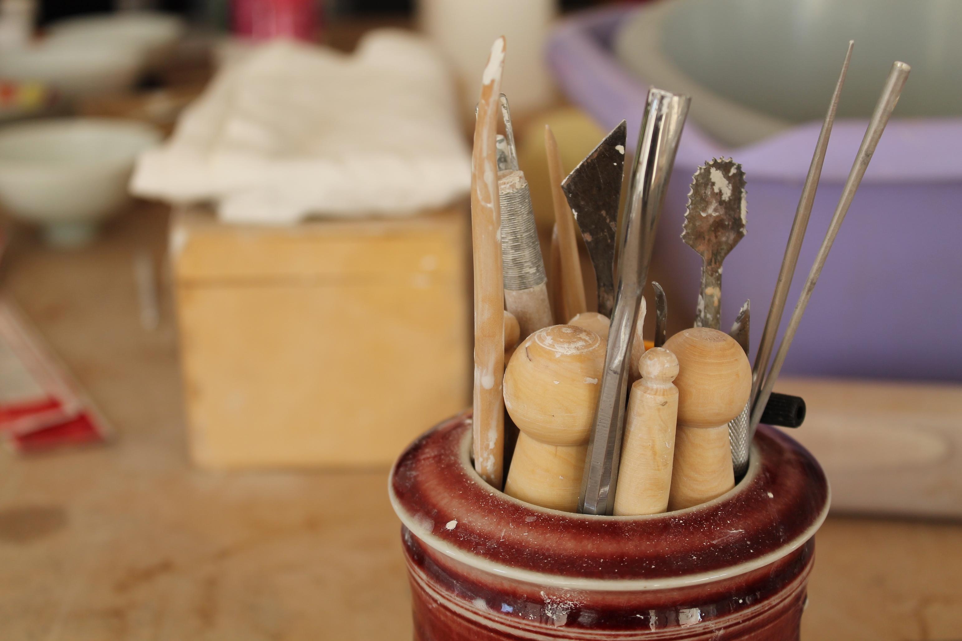 Les objectifs du stage céramique » les gestes essentiel de l'atelier » sont : . Perfectionner son tournage en fonction de son niveau de départ. . Savoir utiliser les oxydes métalliques et les colorants pour la décoration. . Apprendre les techniques pour émailler et engober... Se perfectionner dans les pratiques courantes de l'atelier de céramiste.